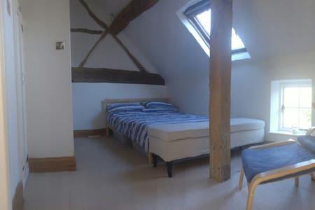 Large characterful room w/en-suite - Shrewley - Huis