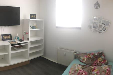 Kleines gemütliches Zimmer in WG  - Apartment