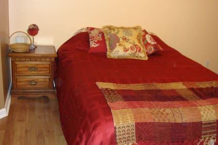 Master Bed & Bath En Suite w/Best Location - 獨棟