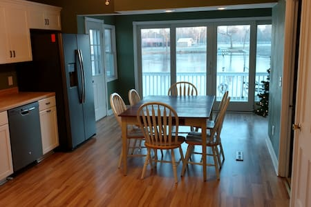 4 Bedroom Lake House Large Deck - Pardeeville - Maison