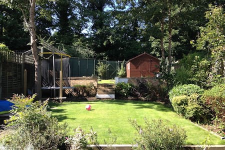 Lovely Double room in a family home - Weybridge - Casa