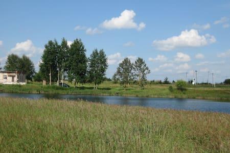Изборск: Гостевой дом с озером и рыбой (Комната 2) - Gjestehus
