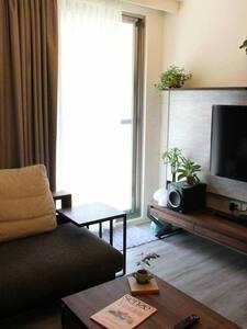 溫馨兩房,全新裝潢,可停車 - Appartamento