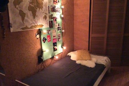 Einfaches Bett in einfacher Unterkunft, aber toll! - Estugarda - Apartamento
