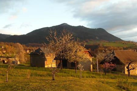 Chambre + ptit dej (lit bébé) vue sur montagnes - SAINT OFFENGE - Ev