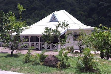 Chambre privée dans une jolie maison créole - Casa de hóspedes