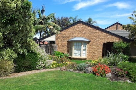 Fabulous home with pool 50m to beach at Glenelg - Hus