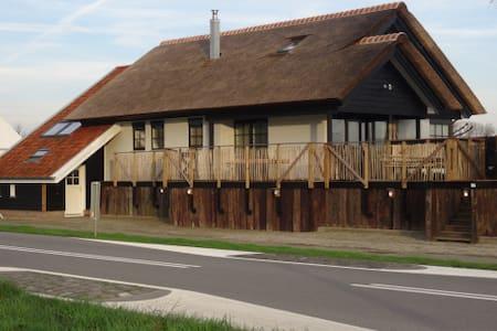 Charmante gerenoveerde dijkwoning vlakbij de zee - Cadzand - Kisház