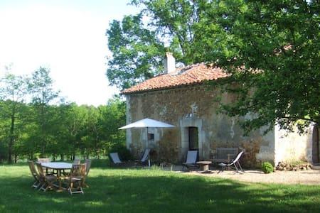Gîte au coeur de la forêt en Périgord - Champeaux-et-la-Chapelle-Pommier - House
