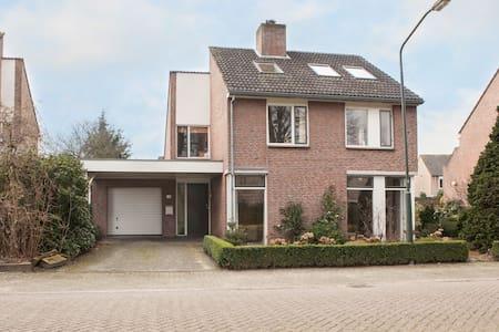 Mooi vormgegeven vrijstaand huis te Helvoirt - Maison