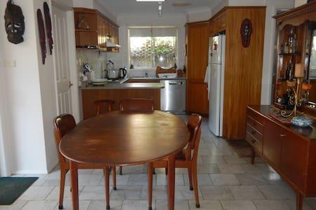 Mature household, quiet, peaceful home - Gordon - Casa