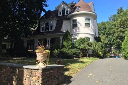 Charming victorian house with large garden - Montclair