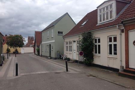 Hyggeligt værelse i byhus - Townhouse