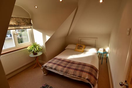 Cosy loft room in artistic neighbourhood. - Bristol