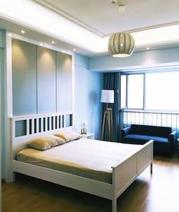 清新简约的北欧小单室,楼下即是地铁出口,设施一应俱全 - Wohnung