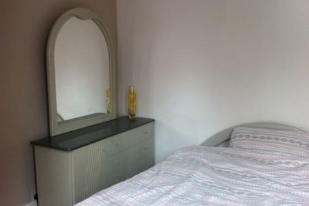 Bright double room in a garden flat - Apartment