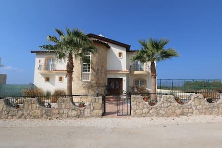 4 bed villa all en-suites, Pool,tennis court, - Alsancak - Villa