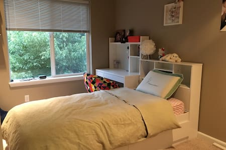 Clean quiet BR w/ twin bed - Kirkland - House