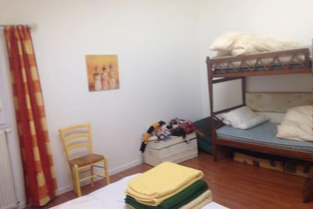 2 chambres ds apt ds centre equestr - Byt