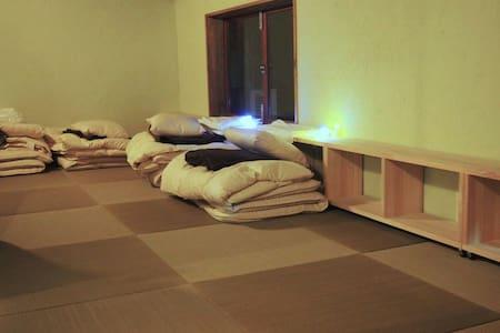 Tatami Zakone Room  畳雑魚寝部屋2 - Casa