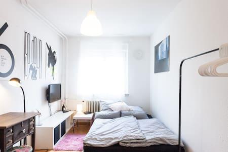 Nice Room for 2: Quiet, Clean, WiFi - Stuttgart