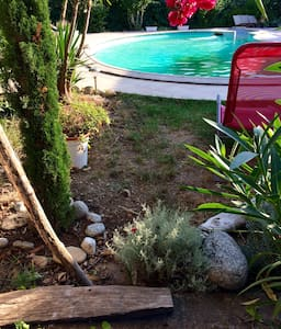 Grande maison avec piscine, jardin. - Haus