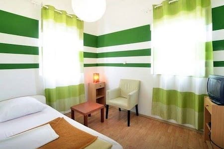 Logistic Youth Center Private 1-bed room - Zagreb - Bed & Breakfast