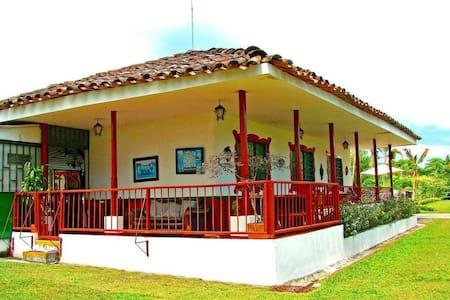 FINCA TIPICA LA BELLA - House