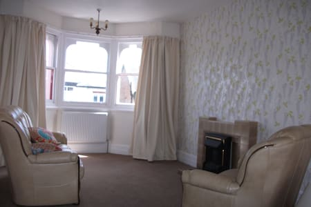Large Bright airy bedsit/suite-Walk to beachfront - Clacton-on-Sea