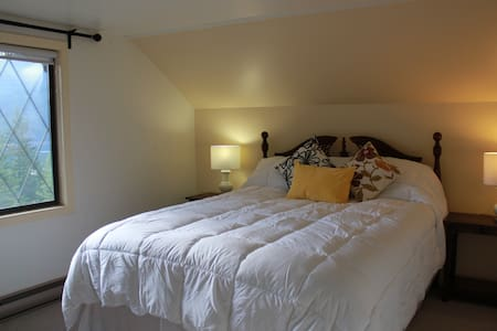 Tara Shanti B&B Yellow Room (Glacier & Lake view) - Bed & Breakfast