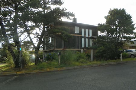 Beachy House on Lake Street - Newport