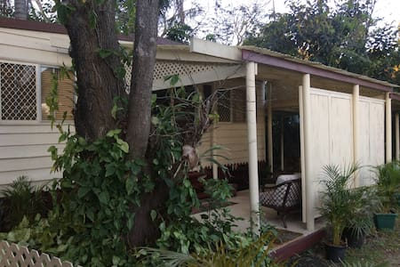 Self contained cabin in Goodna, 25min to Brisbane - Chalet