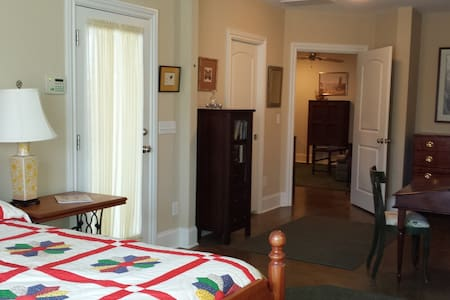 Cozy apt, private & wooded, w/patio - Summerfield - Casa
