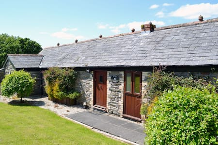 Delightful single storey barn with charming features near Looe - House