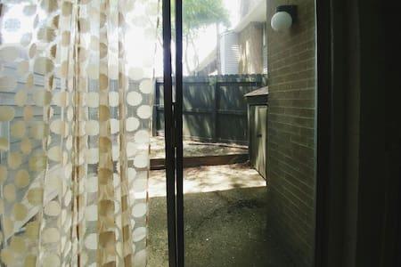 Charming Boho Townhouse- Futon - Apartment
