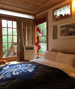 Secluded spacious 12 x 15' Japanese tatami room with great lighting at daytime and super quiet at night. Great view! The room is a piece of art and one of a kind. You will sleep like a baby and enjoy everything provided for you. A forever memory for sure!