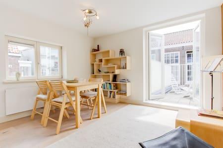 Beautiful studio in old Jordaan house with terrace - Lakás