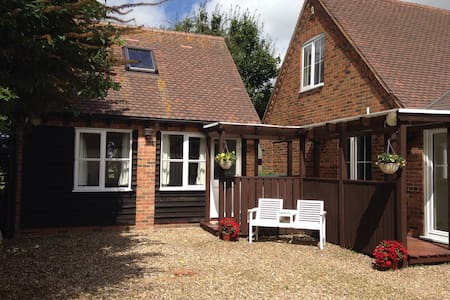 1 Bed Detached Annexe with Parking & Sky TV - Northall - House