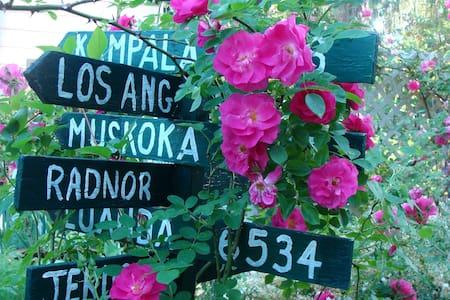 """Historic Farmhouse Garden Retreat  """"Blue Bouquet"""" - Wayne - Casa"""