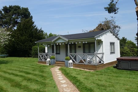 Garden cottage in orchard setting - Swanley - Zomerhuis/Cottage