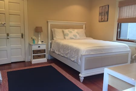 Relaxing Private Queen Bedroom w/ Full Bathroom - Culver City