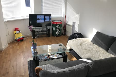 Double room in modest St Helier apartment - Saint Helier