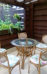 Dom z zielonym gankiem przy modrzewiach - Wohnung