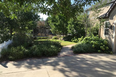 Large modern home, next to Boulder, sleeps 12! - Lafayette - House