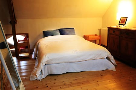 Grand chambre ancien style de ferme - Bed & Breakfast