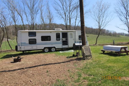 32' Refurbished'93 Prowler w/creek view& fire pit! - Winfield - Camper/Roulotte