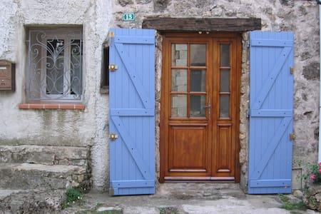 chambre d'hôtes au coeur d'un très beau village - Guesthouse