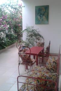 Belle chambre spacieuse ventilée à Toubab Dialaw - Guesthouse