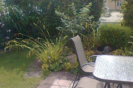 Kleine Dreizimmerwohnung mit Garten - Ismaning - Flat