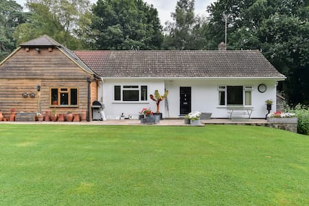 Cosy Cottage, Sleeps 6 with outdoor Tennis Court! - Haslemere - Casa